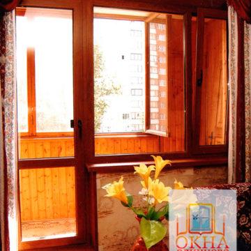 г. Голицыно, Ламинированные в коричневый цвет балконные блоки Профиль Rehau 60 мм, двухкамерный стеклопакет 32 мм. Цветные откосы и подоконники