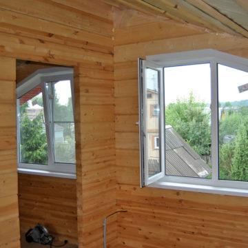 д.Бавыкино, Одинцовский район Профиль Монблан 60 мм, установка окон в жилой дом. Нестандартные окна (трапеция), откосы.