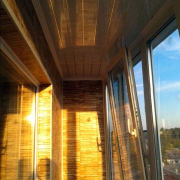 Одинцово, остекление и отделка балкона Профиль Rehau Blitz, двухкамерный стеклопакет. Работа заняла 2 дня.